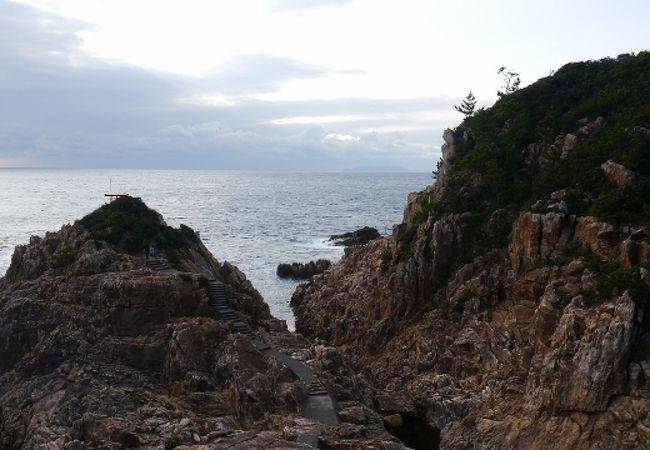 褐色の岩壁が見事な眺望