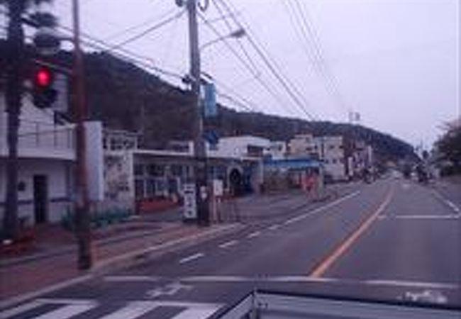 この駅は、西日本旅客鉄道(JR西日本)赤穂線の駅で、赤穂線の中でも特に瀬戸内海に近い場所に位置しており、日生駅前港からは小豆島行きのフェリーがでています。