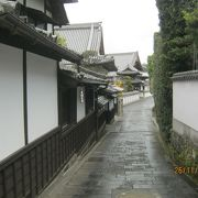 かつての武家屋敷や寺院が立ち並ぶ路地です。