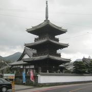 江戸時代の木造の三重の塔です。