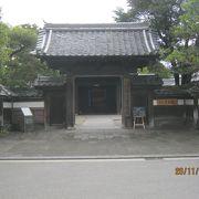 明治時代の初めに建てられた武家屋敷です。