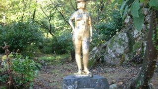 温泉街に27体のブロンズ像が置かれています