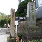 島津山の高台にあります
