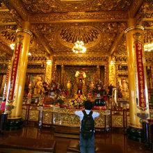 廟内の仏閣。黄金色がまばゆい