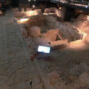 市場跡からローマ時代の遺跡が見つかり、博物館に。一部有料だが遺跡は無料で見学できます。