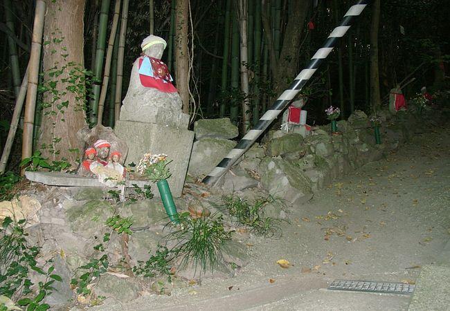 寺に続く石段の参道沿いの至る所に苔むした石仏が点在しています