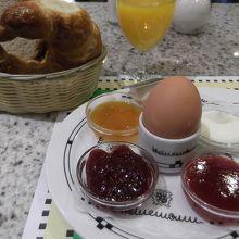 スィートセット(6.5ユーロ)。他にも朝食メニューあり。