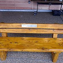 間伐材で作られた椅子です。