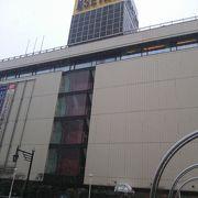 ラブラ万代・万代シティバスターミナルと連絡通路で直結の為、2階は凄い人出