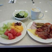 ビュッフェスタイルの朝食です