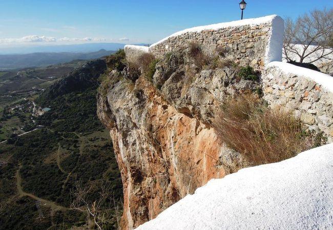 村を見渡す高台に残る城跡