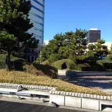 広場から浜松町方面を望む
