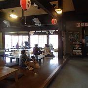 ご飯を食べるスペースが有って、昔風の造りのスペースで、あんかけうどんやごはん等、様々な種類のものを用意しています。