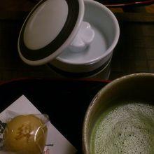 チェックイン後、お茶とお菓子が出てきました。