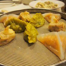 鶴形の餃子。半透明の皮の餃子はプリプリしていて美味でした