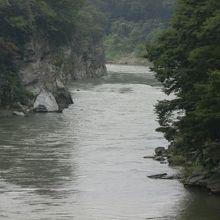 金石水管橋から見る、荒川。
