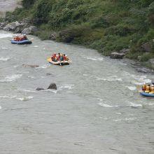 荒川の急流を楽しむラフティング。