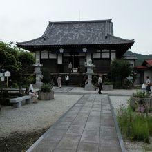 多宝寺本堂。境内は整然としていました。