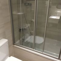 可動式シャワーヘッド。湯量問題なし。便座が四角で座りづらい