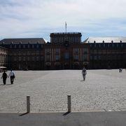 広大な敷地に壮麗な宮殿
