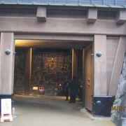 本丸から御殿に行く通路は石垣の間で天井は本丸御殿になっています。