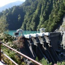「出し平ダム」です。出し六峰が湖面に垂直に落ち込んでいます。