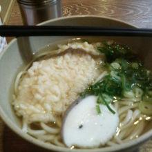 大きなふくの天ぷらが入った「ふく天うどん(470円)」です。