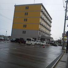 黄色建物が目印!
