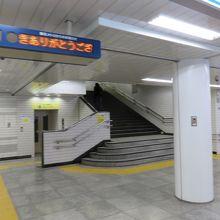 右側に階段とエレベータがあります