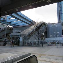 左前にゆりかもめの駅が。屋根をつなげて欲しい。