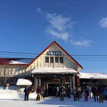 青空に駅舎が映えます。