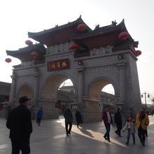 伏羲廟全体は公園のようにもなっていてその入口。