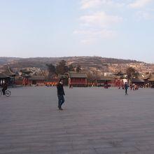 伏羲廟の前は大きな広場。大人も子供も楽しそう