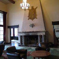 豪華重厚な暖炉とホテルのエンブレム