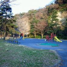 山の麓の野球場や小さな公園