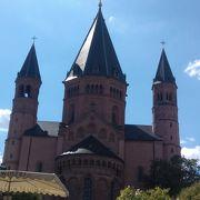 どっしりとした印象の大聖堂