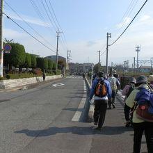 寄居駅の近くを歩く。