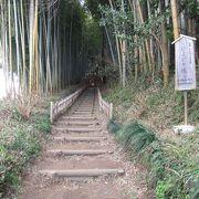 武家屋敷通りの奥にある江戸時代の趣を残す坂です