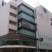 1階には気品漂う化粧品・婦人雑貨売場と庶民的な生活衣料のお店が同居してます