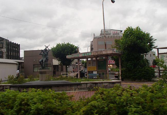 近畿日本鉄道(近鉄)奈良線の駅で、油阪駅の廃止されたことに伴い開業した駅で、周辺には、商店街も有って、ロータリーも有り、整備された駅です。