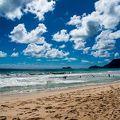 砂浜も広く美しい、だけど波が高い
