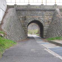 完全な形で石造りのアーチトンネルが保存されています