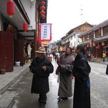 少数民族の観光客が見られる