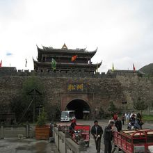 この門の中が城下町です
