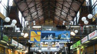 ブダペストの活気が体感できる市場。レストランやカフェもあります。