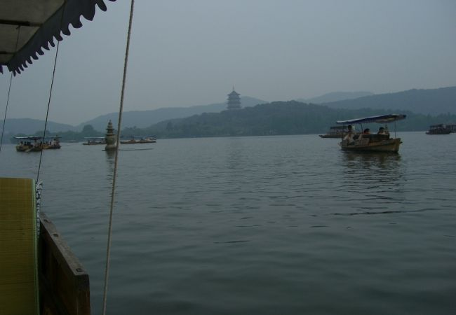 湖に浮かぶ島の中に更に湖があるという凄い発想