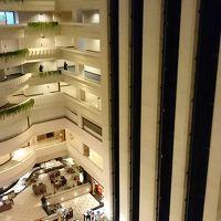 ホテル中心部の吹き抜け