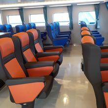 船内の椅子席。寝ころべるフロア室もあり。