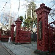 赤い門で目立ちます!