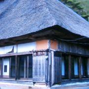 藁葺き屋根に昔を思い出します。